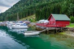Pier mit Booten im norwegischen Dorf Kaupanger stockfotos