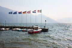 Pier mit europäischen Markierungsfahnen Stockfotografie