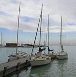 Pier mit festgemachten Booten und Schiffen in Tihany, Ungarn Lizenzfreie Stockfotografie