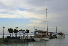 Pier mit festgemachten Booten und Schiffen in Tihany, Ungarn Stockfotos