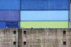 Pier mit Frachtbehältern Lizenzfreie Stockbilder