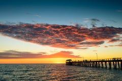 Pier mit Leuten bei Sonnenuntergang Lizenzfreies Stockbild