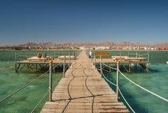 Pier mit Liegen im Meer Stockfoto