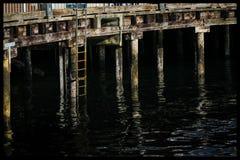 Pier mit Reflexionen lizenzfreie stockbilder