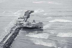 Pier mit Restaurants auf der Küste von Lima, Hauptstadt von Peru stockfotos