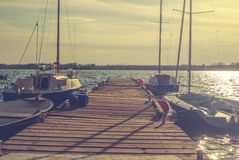 Pier mit Segelbooten stockfoto