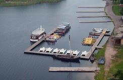 Pier mit Vergnügensbooten Stockfoto