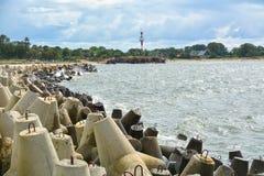 Pier mit Wellenbrechern, einem Leuchtturm und einem alten Fort Lizenzfreies Stockfoto