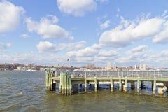 Pier 84, neue Hafenwohngebäude und Houston River Lizenzfreie Stockfotos