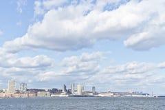 Pier 84, neue Hafenwohngebäude und Houston River Lizenzfreies Stockfoto