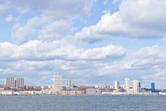 Pier 84, neue Hafenwohngebäude und Houston River Stockfotografie