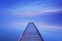 Pier op een stil meer bij dageraad in Nederland royalty-vrije stock fotografie
