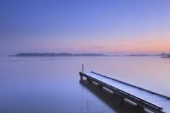 Pier op een stil meer in de winter in Nederland royalty-vrije stock afbeelding