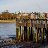 Pier Overlooking en bois la ville de Londres images stock