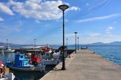 Pier in Paralia Politikon und kleine Fischerboote, Griechenland Stockbild