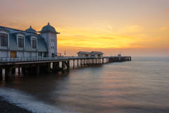 Pier, Pebble Beach und Sonnenaufgang Penarth Stockfotos