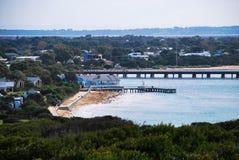 Pier/Pijler voor het blauwe rivieroevergebouw Royalty-vrije Stock Foto's