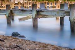 Pier Planks, água e linha costeira Foto de Stock