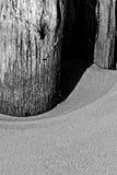 Pier Post, areia e sombra de madeira Fotografia de Stock Royalty Free