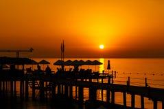 Pier-Rücksortierungs-Schattenbild am Sonnenaufgang Stockfotografie