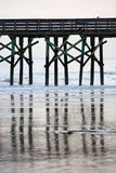 Pier Reflection su una spiaggia calma Immagine Stock Libera da Diritti