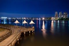 Pier in Richtung zum Jachthafen Lizenzfreie Stockbilder