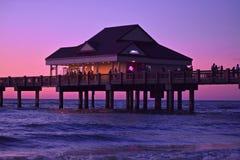 Pier 60 sitzt ideal auf weltberühmtem funkelndem Clearwater-Strand stockbilder
