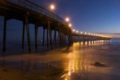 Pier am Sonnenuntergang lizenzfreies stockbild