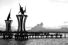 Pier am Sonnenuntergangschattenbildschwarzweiß stockfotos