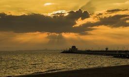 Pier an St. Kilda, Melourne, Australien bei Sonnenuntergang mit orange Himmel stockfotografie
