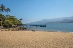 Pier an Strand Praia-DA Feiticeira - Ilhabela, Sao Paulo, Brasilien Lizenzfreies Stockfoto