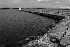 Pier u. alter Bauholzleuchtturm. Vadstena. Schweden stockfotografie