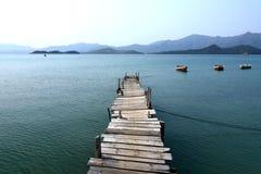Pier und Boot Stockbild