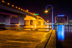 Pier und die Acosta-Brücke über dem des Johannes Fluss nachts, i Lizenzfreie Stockbilder