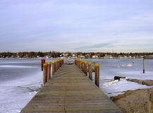 Pier und ein gefrorener Hafen. Stockbilder