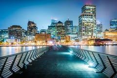 Pier 14 und Gebäude entlang der Ufergegend nachts Lizenzfreie Stockfotos