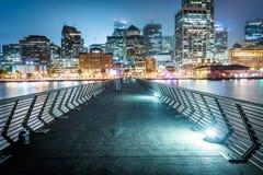 Pier 14 und Gebäude entlang der Ufergegend nachts Stockbild