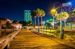 Pier und Gebäude nachts in Jacksonville, Florida lizenzfreies stockfoto