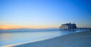 Pier und Gebäude auf Meer und Strand. Follonica, Toskana Italien Stockbilder