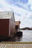 Pier und Häuser auf dem Wasser mit Booten Stockfotografie