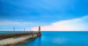 Pier und Leuchtturm auf Sonnenuntergang, Fecamp-Hafen. Normandie Frankreich. lizenzfreie stockfotografie