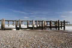 Pier-und Seeverteidigung auf Lowestoft-Strand, Suffolk, England Stockfoto