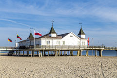 Pier und Strand von Ahlbeck bei Ostsee lizenzfreies stockbild