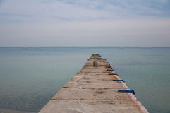 Pier verlängert weit in das Meer Stockbild
