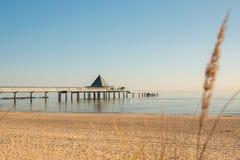 Pier von Ahlbeck am frühen Morgen im Sonnenschein stockfotografie