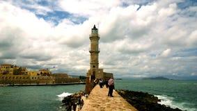 Pier zum Leuchtturm in der Stadt von Chania auf Insel von Kreta im bewölkten windigen Wetter Lizenzfreie Stockfotografie