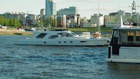 Pierboote und -yachten auf dem Fluss stock video
