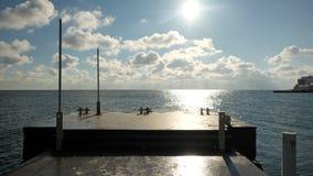 Pierce en los rayos del sol Pista soleada en el mar imagen de archivo libre de regalías