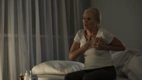 Piercing Herz der scharfen Schmerz der älteren Frau, Angriff der Infarktbildung, Notfall stock footage