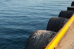 Pierfragment mit gelber Grenze stockbilder